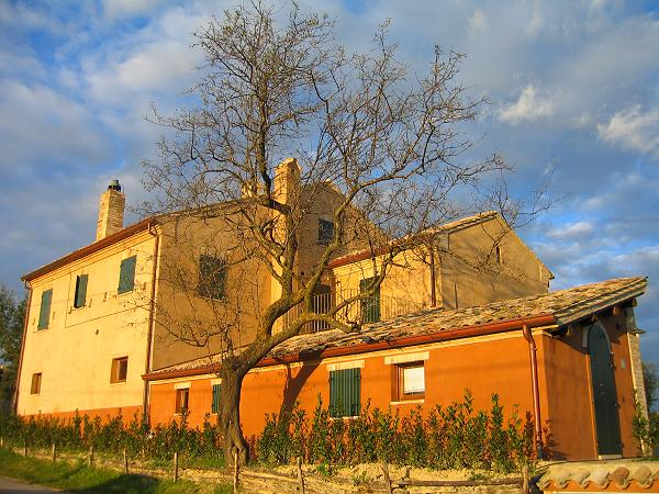 Fabbricati rurali : aia di un agriturismo.