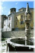 A Fontecchio, ai piedi del monte Sirente, si ammira una caratteristica fontana della fine del Trecento